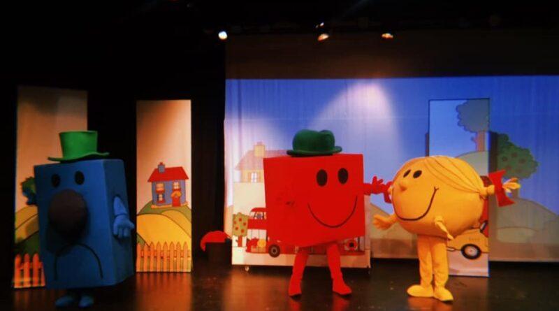 Η επιτυχημένη παιδική παράσταση ΜΙΚΡΟΙ ΚΥΡΙΟΙ – ΜΙΚΡΕΣ ΚΥΡΙΕΣ, που ενθουσίασε μικρούς και μεγάλους , τώρα σε on line προβολές από το viva.gr.